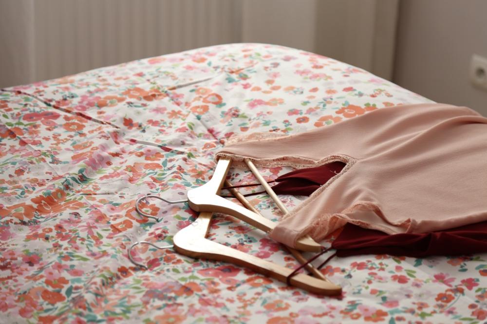 vetements sur un lit