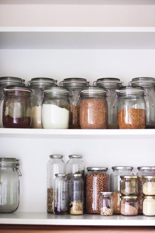 Conseil durable : évitez les emballages et rangez toute votre nourriture dans des bocaux en verre.