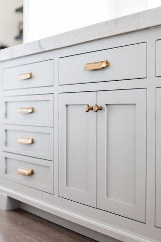 Pour illuminer une cuisine pâle, préférez les poignées cuivrées. © Pinterest