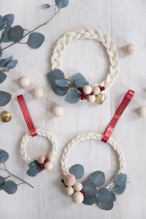 De jolis anneaux tressés pour remplacer les boules de noël. © Pinterest
