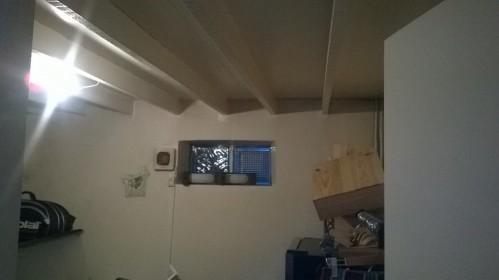 Avant : le débarras en dessous de la mezzanine